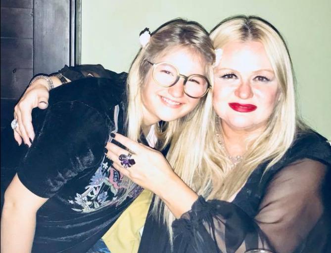 Вака Весна-Бејби и го прослави роденденот на својата ќерка Мина: Со другарчињата во театар, со мама во кафеана! (ФОТО)