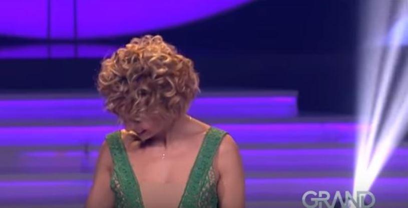 """(ВИДЕО) Да ти е ќеф што е наша: Згодна баба од Куманово ја запали сцената на """"Никад није касно"""""""