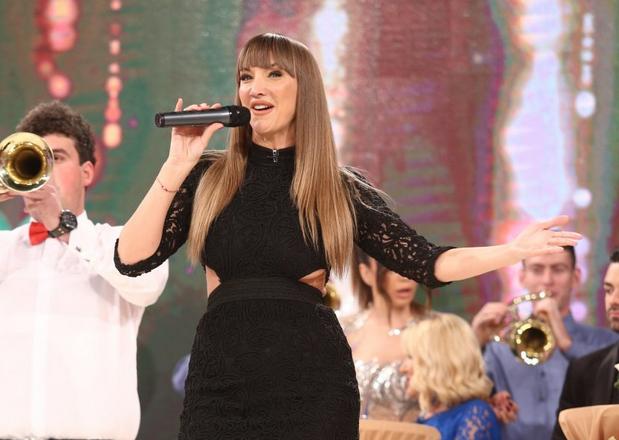 """""""Естрадните адути"""" на пејачката беа немирни на новогодишното снимање:  Гога Секулиќ прво ја """"центрираше предницата"""", а потоа ја провери и """"задницата""""! (ФОТО)"""