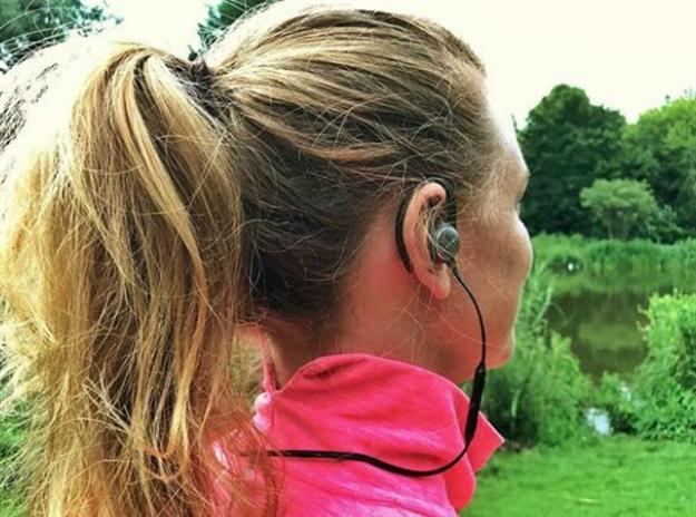 4 причини зошто не треба да слушате музика додека трчате